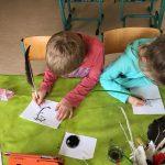 Schreiben mit Tinte und Feder auf Leinenpapier
