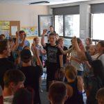 70 Schüler tanzen gemeinsam