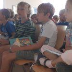 Viele Kinder hatten Bücher zum signieren dabei.